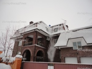 Очистка крыши от снега альпинистами