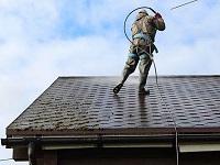Покраска крыши коттеджа